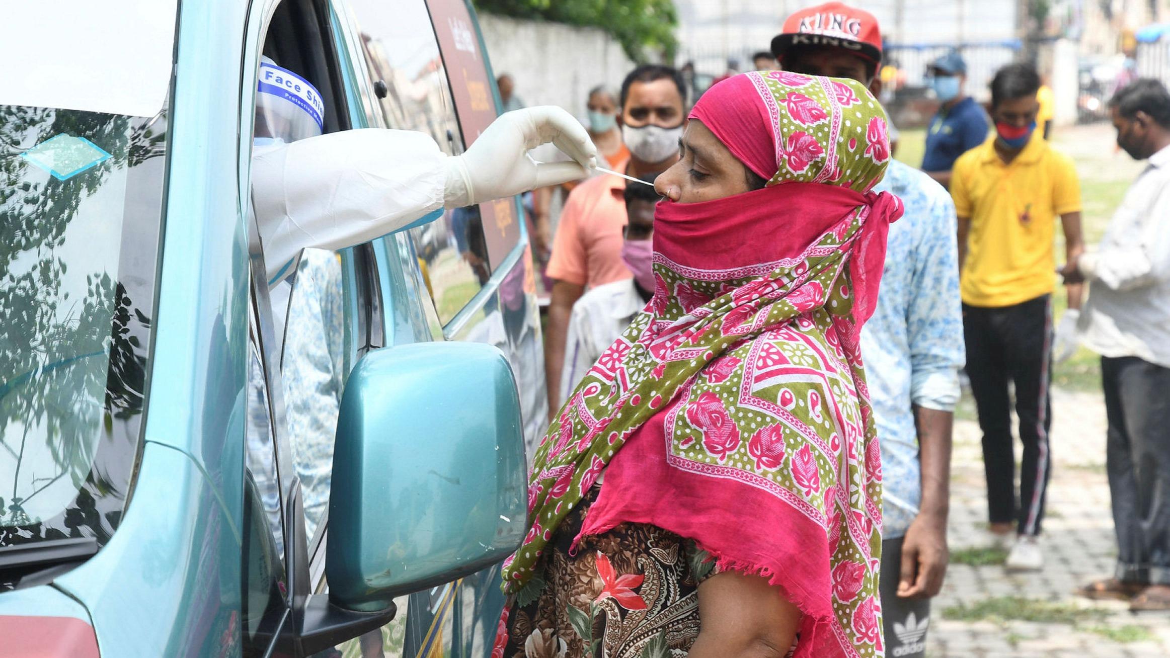 भारतमा कोरोना सङ्क्रमणको डरलाग्दो अवस्था, एकैदिन २ लाख बढी संक्रमित
