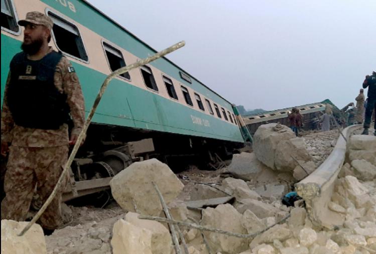 पाकिस्तानमा दुईवटा रेल जुध्दा ३० यात्रुकाे मृत्यु